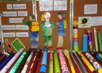 Kolorowe ołówki leżące na stolikach w holu