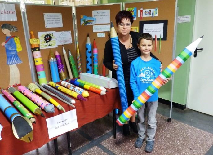 Pani Dyrektor z jednym z laureatów konkursu, w dłoniach trzymają zwycięskie ołówki