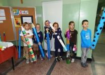 Grupa dzieci pozująca z kolorowymi ołówkami