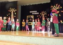 Uczniowie klasy 2d przebrani za Krasnoludki w czasie przedstawienia