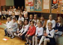 Dzieci z muzykowa oczekujące na występ