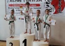 Dziewczynki na stopniach podium