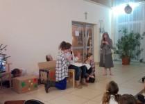 Uczniowie z grupy teartralnej podczas występu