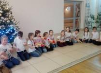 DZiewczynki grające na instrumentach perkusyjnych