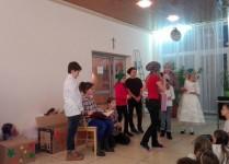uczniowie klas piątych podczas przedstawienia