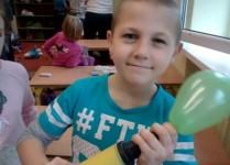 chłopiec pompujący balonik