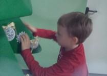 Chłopiec dekorujący choinkę