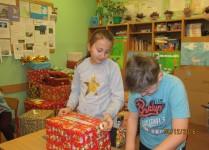Dzieci pakujące kartony z podarunkami