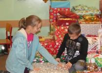 Dzieci pakujące paczki świąteczne