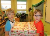 chłopcy niosący paczki