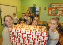klasa szósta pomaga w noszeniu zapakowanych paczek