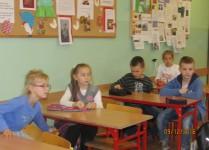 Dzieci w sali lekcyjnej siedzące w ławkach