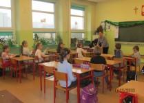 Nauczyciel omawia zasady konkursu