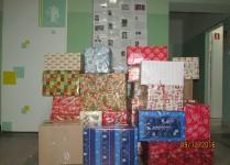 zapakowane paczki w holu szkoły - efekt zbiórki