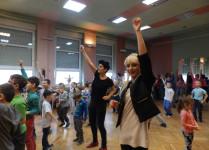 Na pierszym planie dwie tańczące nauczycielki