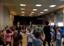 Dzieci tańczące w auli szkoły