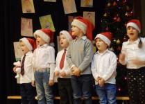 Dzieci z klasy 0b w czapkach Mikołaja