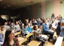 Publiczność zebrana w auli szkołky podczas koncertu