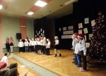 Klasa 0b podczas występu na scenie