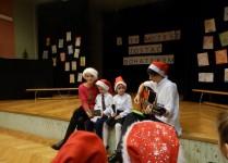 Mamy z dziećmi podczas występu, jedna z mam gra na gitarze