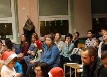 Słuchacze zebrani w auli podczas koncertu