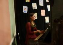 Wychowawczyni klasy 2f grająca na pianinie