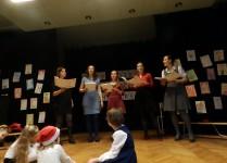 Pięć nauczycielek śpiewających na scenie