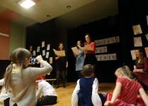 Trzy nauczycielki śpiewające kolędy