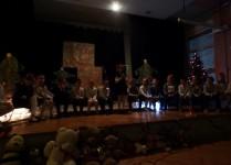 DZieci na scenie podczas przedstawienia