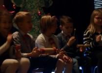 """Dzieci grające na """"przeszkadzajkach"""""""