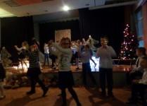 Dzieci wykonujące układ choreograficzny