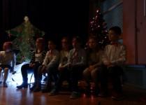 Dzieci na scenie w oczekiwaniu na występ