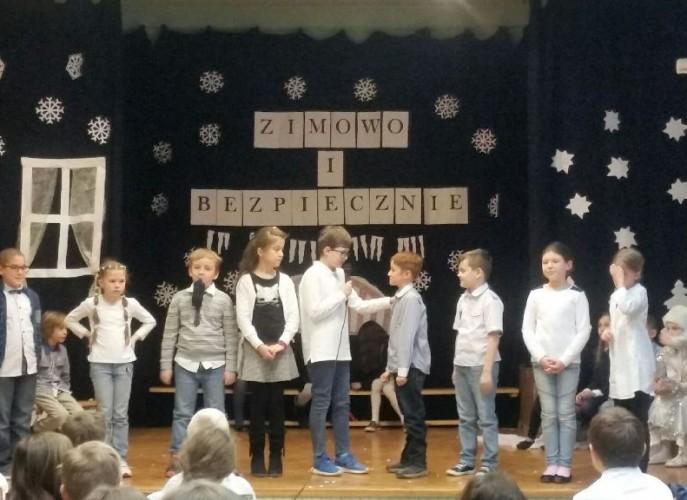 dzieci z klasy 3e podczas występu na scenie