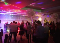 sala balowa wypełniona tańczącymi parami