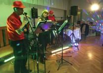 zespół muzyczny grający na balu