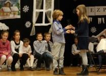 Dzieci z klasy 3e na scenie podczas występu