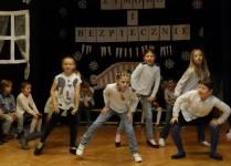 Dziewczynki z klasy 3e podczas wykonywania układu taneczngo
