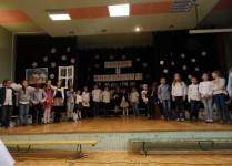 Na scenie wszytskie dzieci, które brały udział w przedstawieniu. W tle zimowe dekoracje