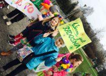dzieci w czasie wiosennego pochodu