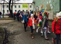 Dzieci w wiosennych strojach podczas wiosennego pochodu