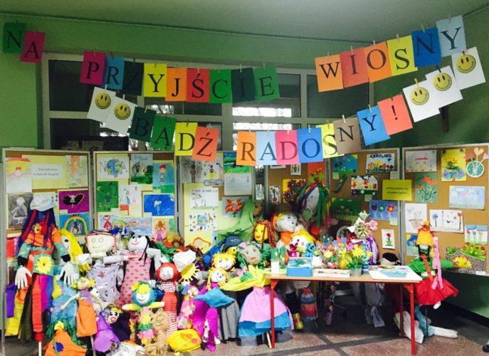 wystawa wiosenna w holu szkoły