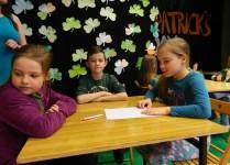 dzieci siedzące przy stolikach