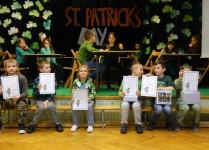 Dzieci z dyplomami za uzcesticiu w dniu angielski m
