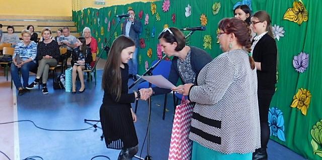 Uczennica odbierająca nagrodę