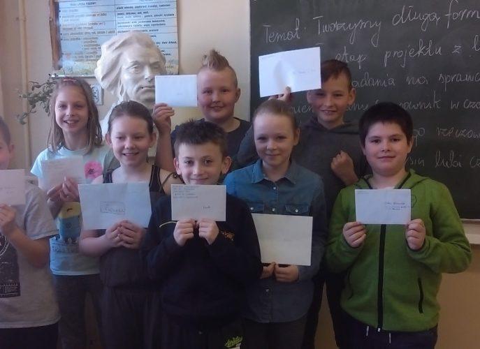 dzieci trzymające w dłoniach listy