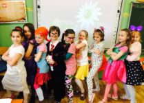 grupa dziewczynek przebranych za ulubione bohaterki książek