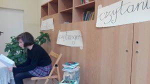 uczennica podczas konkursu pięknego czytania