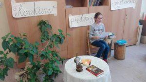 Laureatka podczas konkursu pięknego czytania