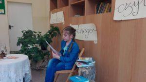Laureatka konkursu podczas czytania