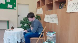 Chłopiec czytający swój tekst konkursowy